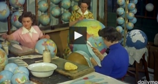 screenshot de la video montrant la fabrication des globes terrestres en 1955